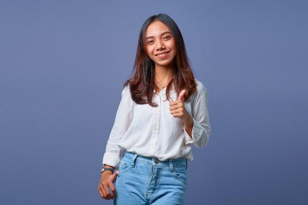 親指をあきらめる若いアジアの女性の肖像画