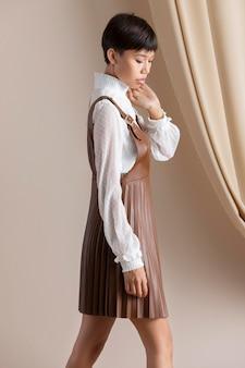 Портрет молодой азиатской женщины в осенней одежде