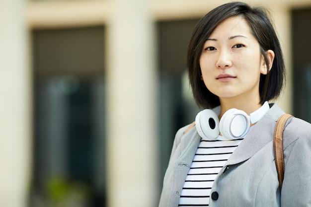 Портрет молодой азиатки в городе