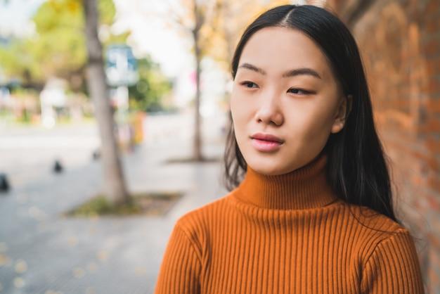 Портрет молодой женщины азии на улице.