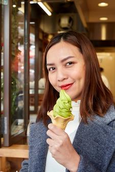 Портрет молодой азиатской женщины на открытом воздухе