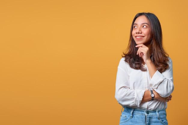 考えて横向きに若いアジアの女性の肖像画