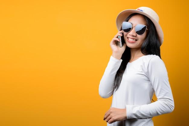 帽子をかぶって若いアジアの女性の肖像画