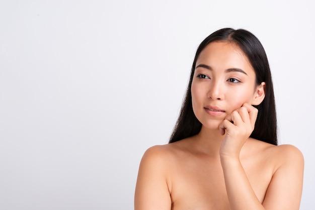 明確な肌を持つ若いアジア女性の肖像画