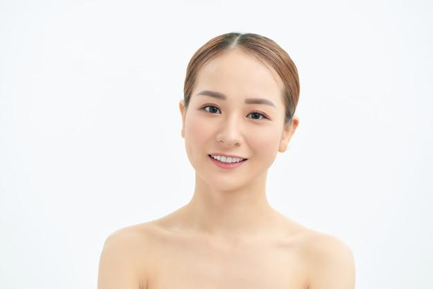 Портрет молодой азиатской женщины с естественной кожей на белой предпосылке.