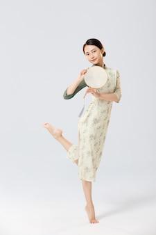 Портрет молодых азиатских женщин в традиционной китайской одежде в студии