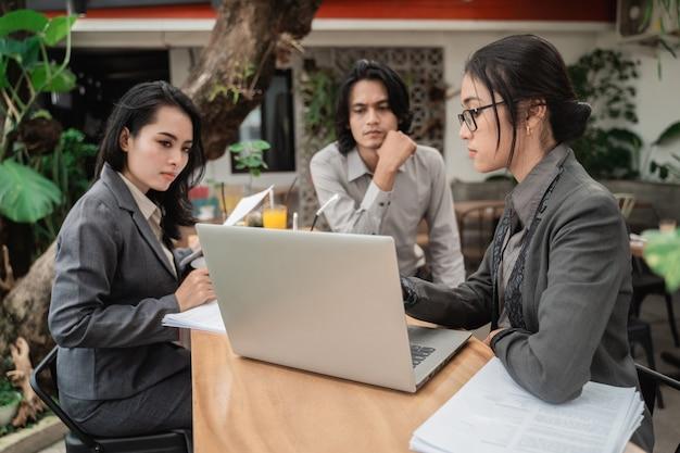 Портрет молодой азиатской молодой деловой встречи в кафе