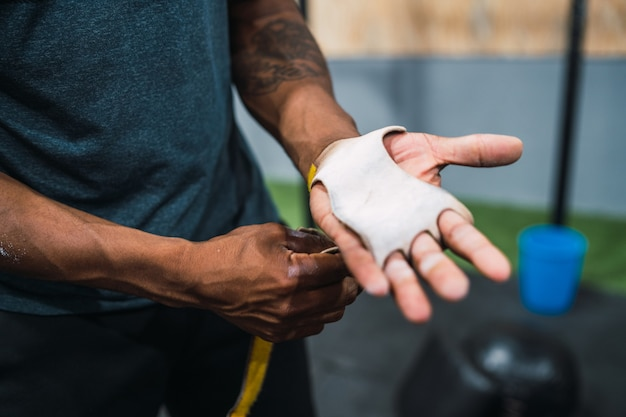 クロスフィットトレーニングの準備をしている若い運動選手の肖像画。スポーツと健康的なライフスタイルのコンセプト。