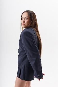 長い髪の若い魅力的なアジアの細い女性の肖像画