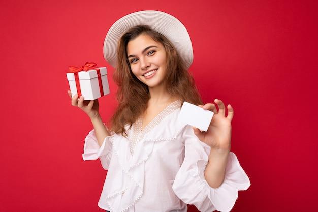トレンディなカジュアルな服と白い帽子のセクシーな若い魅力的な白人ヒップスターの女性の肖像画