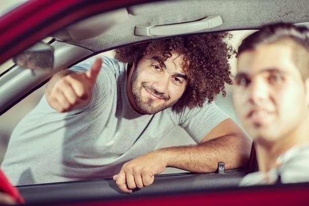 Портрет молодых привлекательных парней с автомобилем