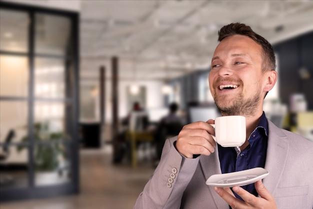 사무실에서 일하는 젊은 매력적이고 웃는 사업가의 초상화. 고품질 사진
