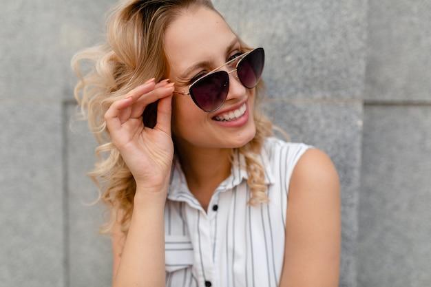 선글라스 솔직한 미소를 입고 여름 패션 스타일 드레스에 도시 거리에서 걷고 웃 고 젊은 매력적인 세련 된 여자의 초상화