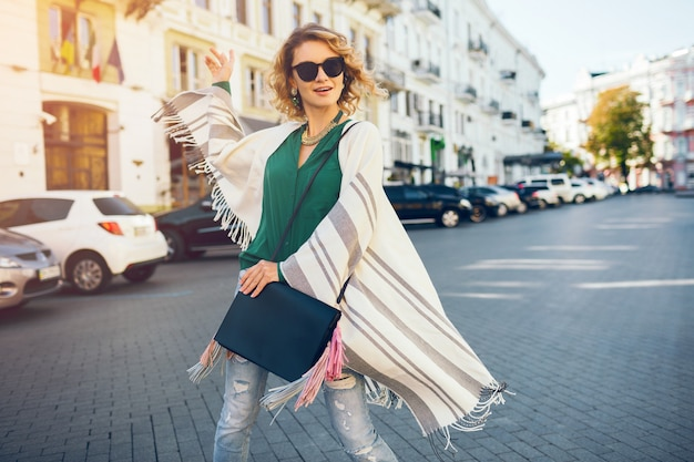 Sunglaases, 스트리트 스타일 패션, 우아한 보헤미안 젊은 매력적인 여자의 초상화