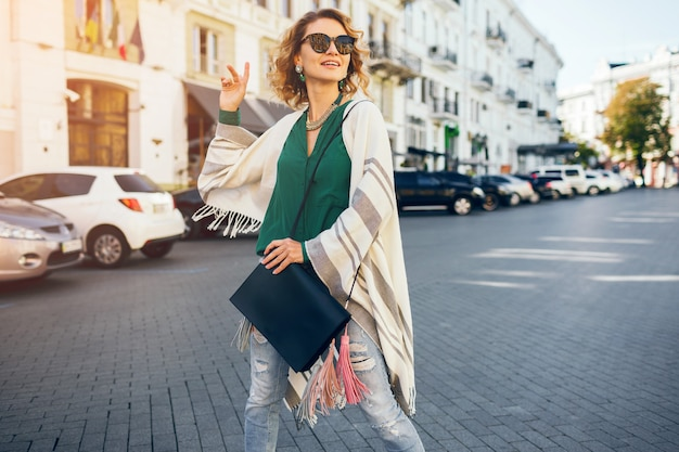 Портрет молодой привлекательной женщины в солнцезащитных очках, уличной моды, богемной элегантности