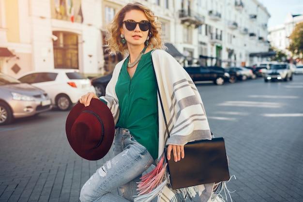 日よけ、ストリートスタイルのファッション、ボヘミアンエレガントな若い魅力的な女性の肖像画