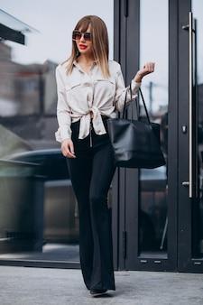 Balck 바지를 입고 젊은 매력적인 여자 모델의 초상화