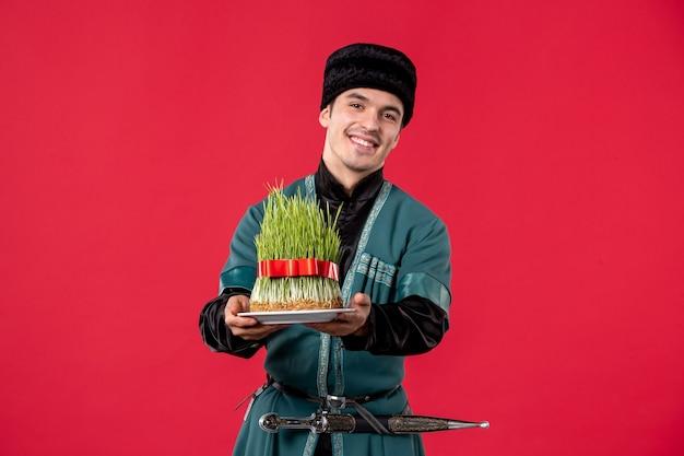 赤のsemeniと伝統的な衣装で若いアゼルバイジャン人の肖像画