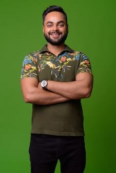 Портрет молодого бородатого индейца на зеленом
