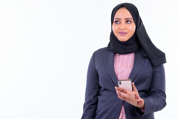 흰 벽에 고립 된 hijab를 입고 젊은 아름 다운 아프리카 이슬람 사업가의 초상화