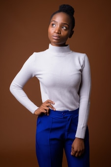 Портрет молодой красивой африканской бизнесвумен зулусского мышления
