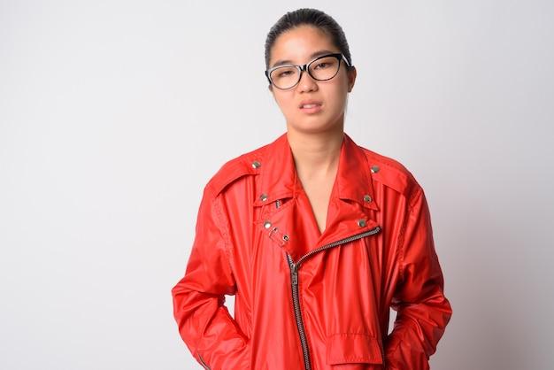 흰 벽에 젊은 아름 다운 아시아 반항적 인 여자의 초상화