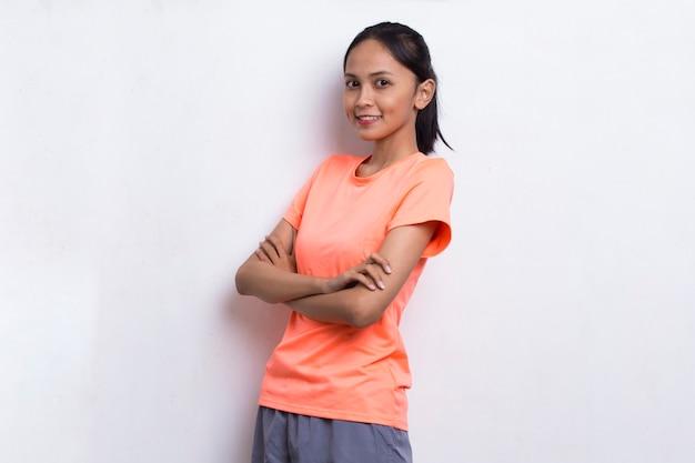 白い背景の上の若い美しいアジアのスポーツ女性の肖像画