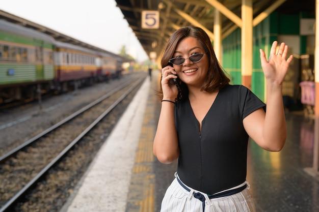 방콕의 hua lamphong 기차역에서 젊은 아름다운 아시아 관광 여자의 초상화