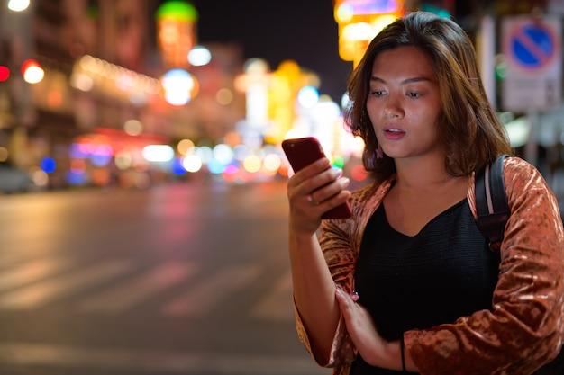 방콕에서 차이나 타운을 탐험하는 젊은 아름 다운 아시아 관광 여자의 초상화