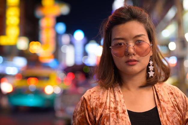 Портрет молодой красивой азиатской туристической женщины, изучающей китайский квартал в бангкоке