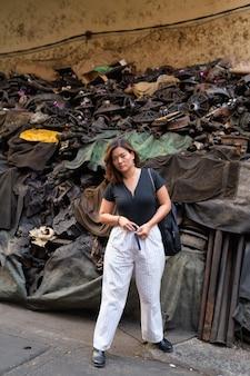 방콕의 더러운 골목에서 젊은 아름 다운 아시아 관광 여자의 초상화