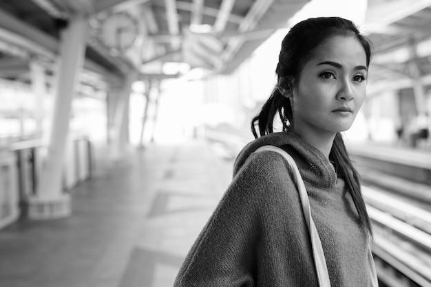 도시 주변 젊은 아름 다운 아시아 여자의 초상화