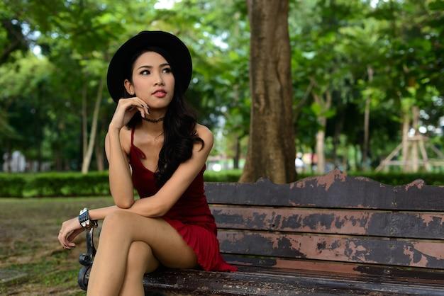 공원에서 젊은 아름 다운 아시아 여자의 초상화