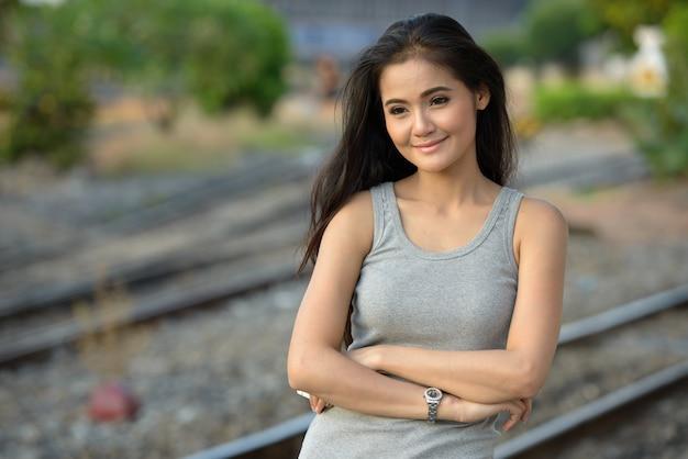 기차역에서 젊은 아름 다운 아시아 여자의 초상화