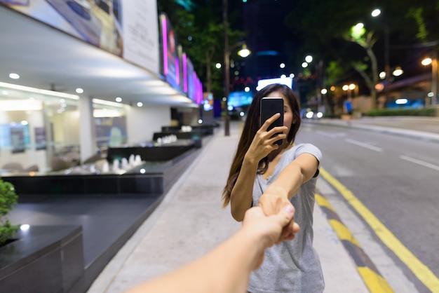 Портрет молодой красивой азиатской женщины, блуждающей по улицам города ночью в куала-лумпуре, малайзия