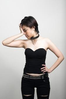 흰 벽에 짧은 머리를 가진 젊은 아름 다운 아시아 여자의 초상화