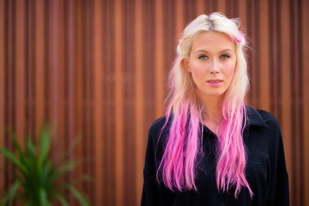 Портрет молодой красивой блондинки, изучающей улицы города на открытом воздухе