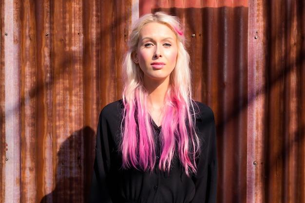 야외에서 도시의 거리를 탐험 젊은 아름 다운 금발 여자의 초상화