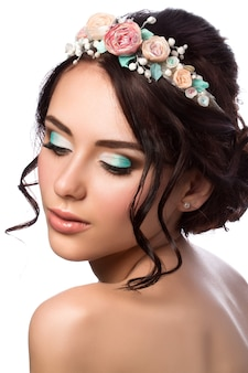 Портрет молодой красивой невесты. свадебная прическа и макияж.