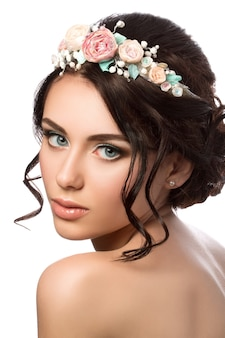 若い美しい花嫁の肖像画。結婚式の髪形とメイク。