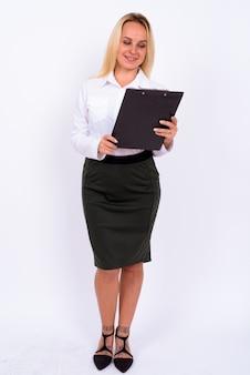 Портрет молодой красивой деловой женщины со светлыми волосами на белой стене