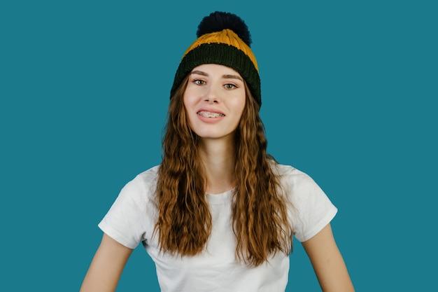 웃는 젊은 아름 다운 귀여운 쾌활 한 여자의 초상화는 중괄호를 착용