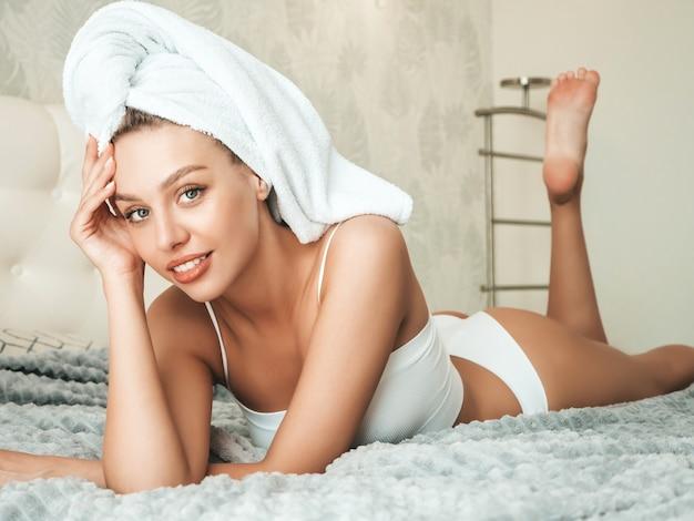 머리에 흰색 란제리와 수건을 입은 젊은 아름다운 여성의 초상화
