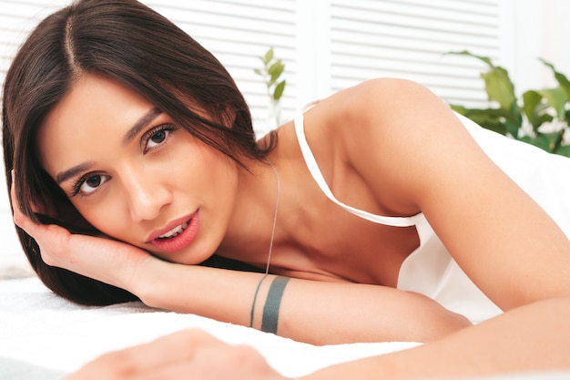 Портрет молодой красивой девушки в белой пижаме