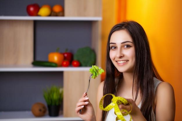 Портрет молодой красивой девушки, придерживающейся диеты