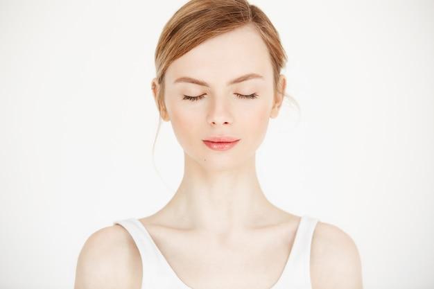 흰색 배경에 고립 된 깨끗 하 고 신선한 피부를 가진 젊은 아름 다운 여자의 초상화. 감긴 눈. 아름다움과 건강 생활.