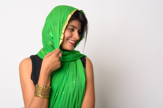흰 벽에 전통적인 옷을 입고 젊은 아름다운 페르시아 여자의 초상화