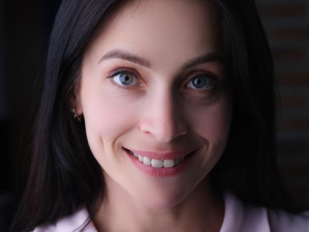Портрет молодой красивой улыбающейся брюнетки женщины