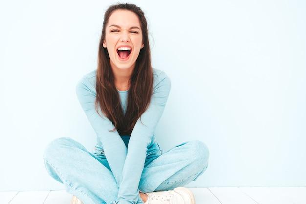 トレンディな夏の流行に敏感な服を着た若い美しい笑顔の女性の肖像画