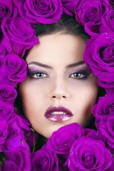 Портрет молодой красивой стильной девушки с красивыми розами
